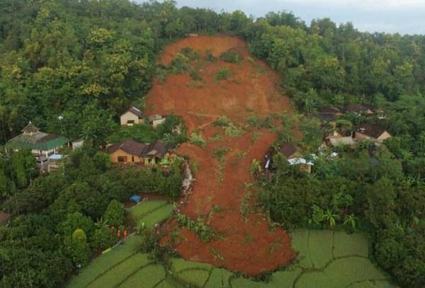Bencana tanah longsor di Desa Ngetos