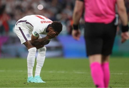 Marcus Rashford gagal eksekusi penalti membentur tiang gawang Gianluigi Donnarumma