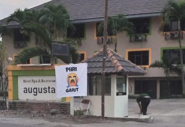 hotel Garut bendera putih emotikon menangis.