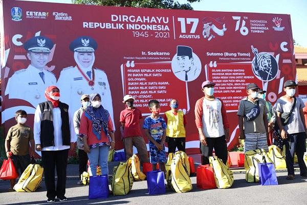 Gubernur Khofifah mengajak para warga menyanyikan lagu Indonesia Raya